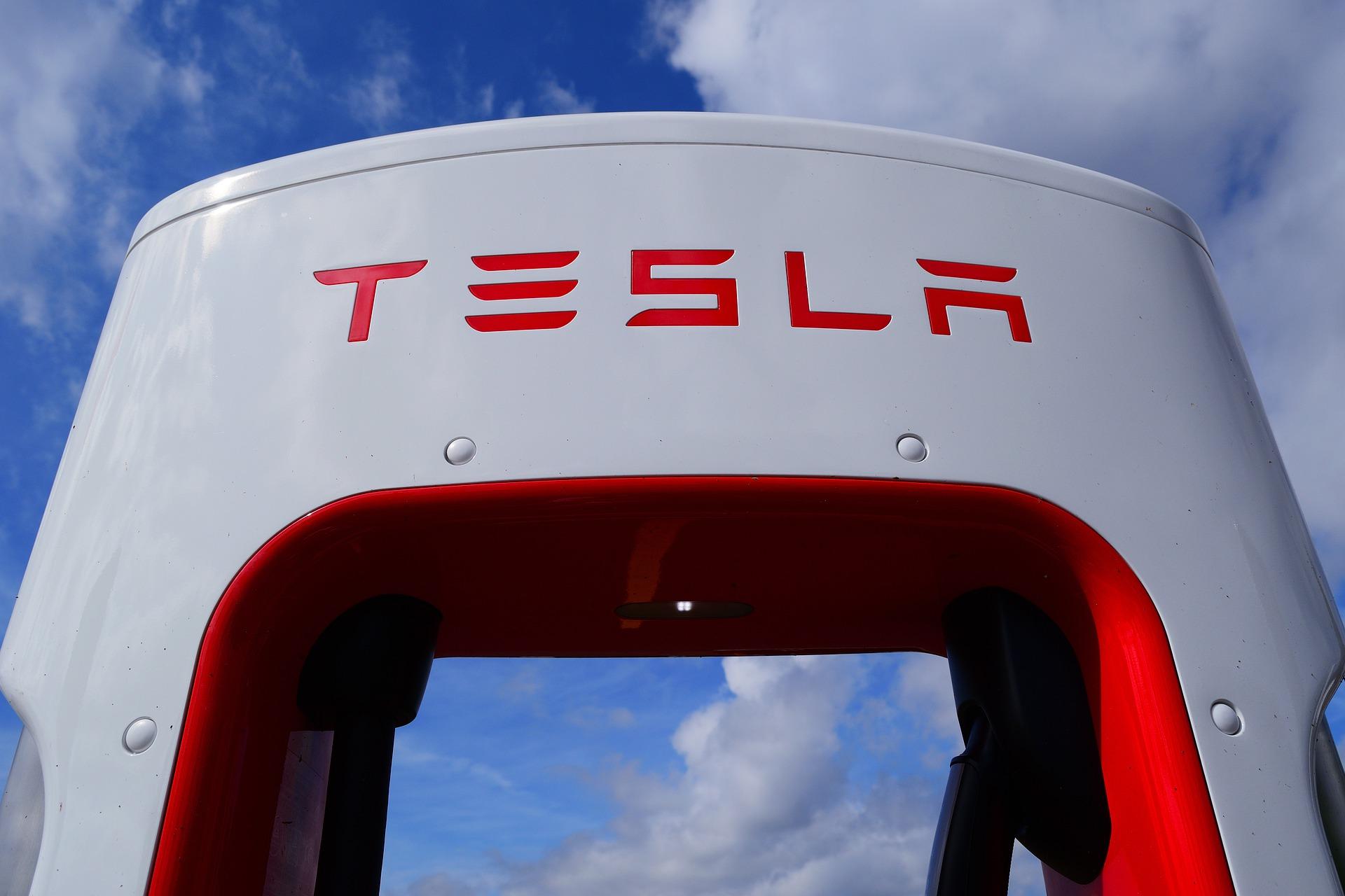 Tesla впервые заканчивает год в плюсе